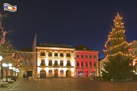 Eutin: Marktplatz mit Rathaus und Weihnachtsbeleuchtung, Schleswig-Holstein, Eutin, Marktplatz, Weihnachtsbeleuchtung