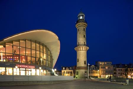 Warnemünde Leuchtturm mit Teepott, Warnemünde, Leuchtturm, Teepott, Foto, foreal, Mecklenburg-Vorpommern