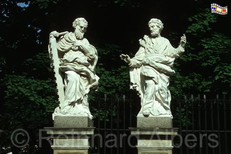 Zwei Apostelfiguren vor der Peter- und Paulskirche in der ul. Grodzka., olen, Polska, Krakau, Kraków, Kirche, Peter- und Paulkirche, ulica Grodzka, Apostel