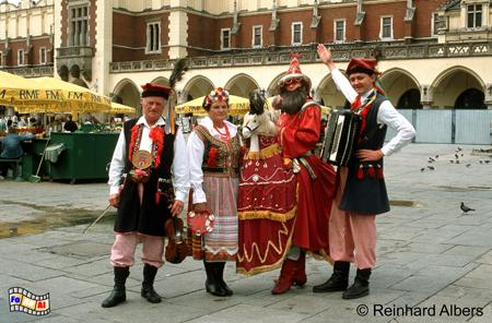 Folkloregruppe mit dem Lajkonik auf dem Rynek Główny (Hauptmarkt)., Polen, Polska, Fotos, Bilder, Krakau, Kraków, Rynek, Główny, Hauptmarkt, Folklore, Lajkonik