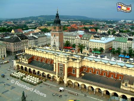 Der 200 m x 200 m große Hauptmarkt (Rynek Główny) zählt zu den größten mittelalterlichen Plätzen Europas und wird von den Tuchhhallen (Sukiennice) beherrscht., Polen, Polska, Krakau, Kraków, Fotos, Bilder, Hauptmarkt, Rynek, Główny, Tuchhallen, Sukiennice, Rathausturm