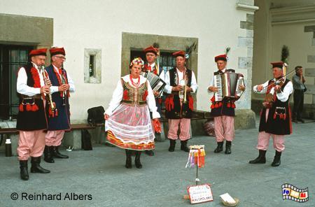 Folklore-Gruppe vor den Tuchhallen auf dem Rynek Główny (Hauptmarkt)., Polen, Polska, Krakau, Kraków, Fotos, Bilder, Hauptmarkt, Rynek, Główny, Tuchhallen, Sukiennice, Folklore