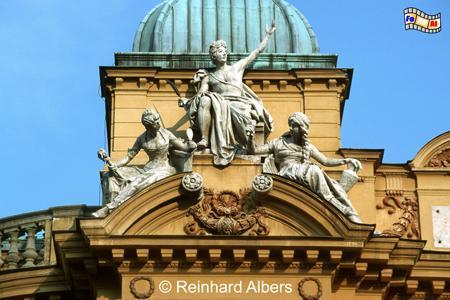 Słowacki-Theater - dem 1893 eröffneten Bau diente die Opéra Garnier in Paris als Vorbild. Allegorische Figuren schmücken die Fassade., Polen, Polska, Bilder, Fotos, Krakau, Kraków, Słowacki-Theater, Teatr Słowackiego