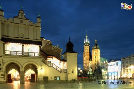 Der abendliche Hauptmarkt (Rynek Główny) mit den Tuchhallen und der angestrahlten Marienkirche., Polen, Polska, Bilder, Fotos, Krakau, Kraków, Hauptmarkt, Rynek Główny, Marienkirche