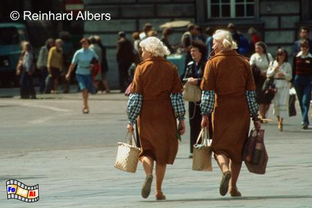 2 Frauen in Partnerlook auf dem Hauptmarkt (Rynek Główny)., Polen, Polska, Bilder, Fotos, Krakau, Kraków, Hauptmarkt, Rynek Główny
