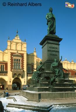 Das Denkmal für den wohl bedeutendsten polnischen Dichter Adam Mickiewicz stammt von Teodor Rygier., Polen, Polska, Bilder, Fotos, Krakau, Kraków, Hauptmarkt, Rynek Główny, Tuchhallen, Sukiennice, Mickiewicz, Denkmal, Pomnik Adama Mickiewicza