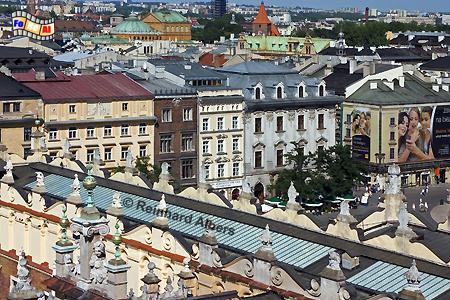 Ausblick vom alten Rathausturm auf den Rynek Główny (Hauptmarkt) mit den Tuchhallen im Vordergrund.  , Polen, Polska, Krakau, Kraków, Fotos, Bilder, Rynek, Główny, Hauptmarkt, Tuchhallen, Sukiennice
