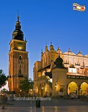 Turm des historischen Rathauses neben den Tuchhallen am Abend., Polen, Polska, Krakau, Kraków, Bilder, Fotos, Tuchhallen, Sukiennice, Ryn