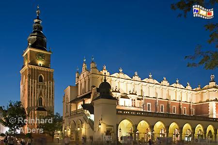 Turm des historischen Rathauses neben den Tuchhallen am Abend., Polen, Polska, Krakau, Kraków, Bilder, Fotos, Tuchhallen, Sukiennice, Rynek, Główny