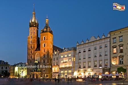 Die angestrahlte Marienkirche am Rynek Główny (Hauptmarkt) in Krakau., Polen, Polska, Krakau, Kraków, Bilder, Fotos, Marienkirche, Hauptmarkt, Rynek, Główny