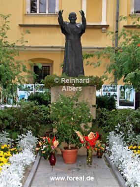 Statue des Papstes Johannes Paul II. im Innenhof des erzbischöflichen Palais, Polen, Polska, Krakau, Kraków, Fotos, Bilder, Papst, Johannes Paul