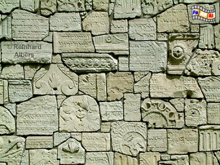 Die durch die Nazis zerstörten Grabsteine auf dem jüdischen Friedhof Remuh im Stadtteil Kazimierz sind zu einer Klagemauer zusammengefügt worden., Polen, Polska, Krakau, Kraków, Fotos, Bilder, Kazimierz, Friedhuf, Remuh