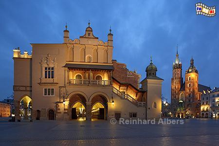 Tuchhallen und Marienkirche im Hintergrund., Polen, Polska, Krakau, Kraków, Bilder, Fotos, Marienkirche, Hauptmarkt, Rynek, Główny