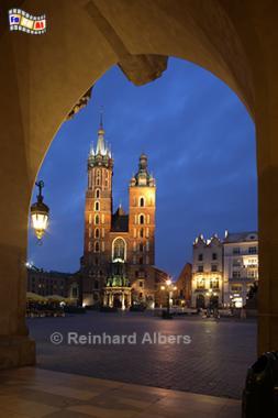 Marienkirche mit Torbogen der Tuchhallen, Polen, Polska, Krakau, Kraków, Fotos, Bilder, Hauptmarkt, Rynek, Główny, Marienkirche, Albers, Foto, foreal,