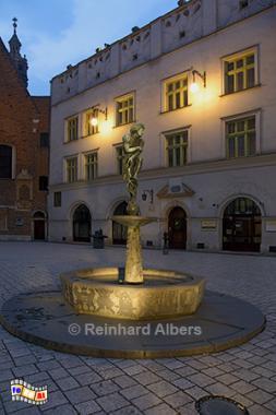 Marienplatz - Brunnen des unbekannten Studenten, Polen, Polska, Krakau, Kraków, Marienplatz, Brunnen, Student, Albers, Foto, foreal,