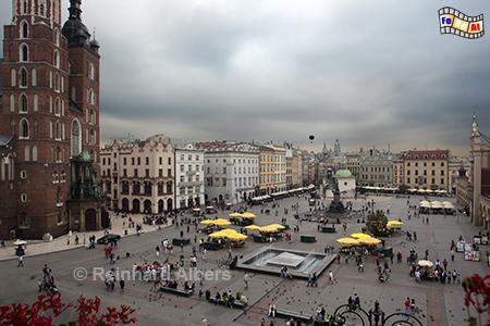 Rynek Główny  (Hauptmarkt) mit der Marienkirche (links im Bild), Polen, Polska, Krakau, Kraków, Fotos, Bilder, Rynek, Główny, Marienkirche, foreal,