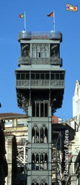 Der Elevador Santa Justa oder auch Elevador do Carmo genannt verbindet die Unter- mit der Oberstadt. Der Entwurf stammt von Raoul Mesnier de Ponsard, einem Ingenieur der auch vorübergehend im Büro von Gustave Eiffel gearbeitet hatte. Die Einweihung erfolgte am 31. August 1901., Lissabon, Fahrtstuhl, Elevador, Santa Justa