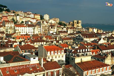Ausblick vom Elevador de Santa Justa auf die Unterstadt (Baixa) und die Kathedrale Sé., Lissabon, Fahrstuhl, Baixa, Unterstadt, Kathedrale