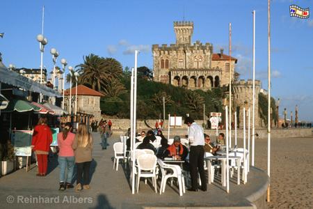 Estoril - Praia do Tamariz. Im Hintergrund das Chalet Barros, eine Pseudoritterburg aus den 20er Jahren des 20. Jh., Portugal, Estoril, Strand, Praia, Tamariz
