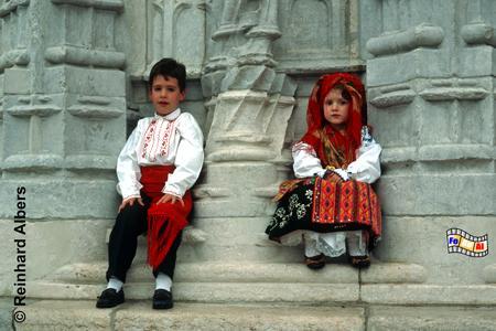 Zwei Kinder in der Tracht der provinz Minho auf den stufen des Jeronimo-Klosters., Lissabon, Tracht, Minho, Jeronimo, Kloster