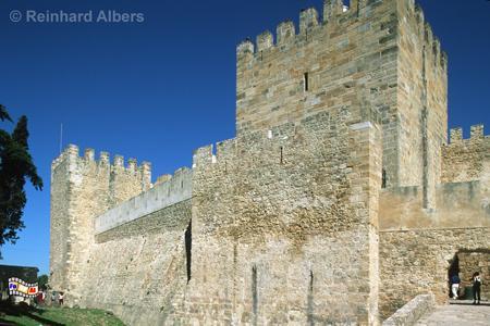Das Castelo de São Jorge wurde in den Jahren 1938-44 wiederaufgebaut, wobei man nur sehr wenig auf die urspüngliche Form achtete., Lissabon, Burg, Castelo, George