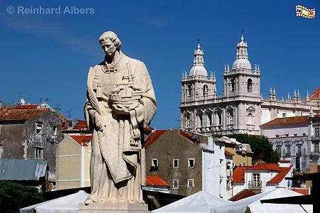 Der Heilige Vinzenz wird als Schutzpatron der Stadt verehrt. Seine Statue steht auf dem Largo das Portas do Sol. Im Hintergrund die nach ihm benannte Kirche: Igreja de São Vicente de Fora., Lissabon, Vinzenz, Vicente, Kirche, Schutzpatron