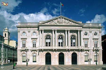 Rathaus -Paços do Concelho auch Câmara Municipal genannt. Vom Balkon des 1866-75 erbauten Rathauses wurde am 5. Oktober 1910 die Republik ausgerufen., Lissabon, Rathaus, Câmara, Paços, Municipal