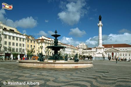 Der Praça Dom Pedro IV., kurz Rossio genannt, gilt als Herzstück der Stadt. An seiner Nordseite im Hintergrund steht das Teatro Nacional Dona Maria II. (1842-46). , Lissabon, Rossio, Praça, Platz, Pedro, Theater