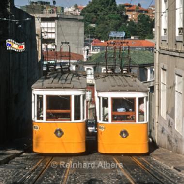 Elevador da Glória aus dem Jahr 1885. Diese Bergbahn fährt zum Aussichtspunkt Alcântara im Bairro Alto., Lissabon, Bergbahn, Elevador, Straßenbahn, Aufzug, Bairro, Alto