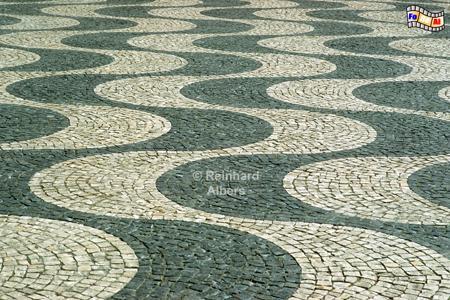 Praça Dom Pedro IV., kurz Rossio genannt. Die Pflasterung soll Ozeanwellen darstellen., Lissabon, Rossio,