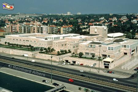 Centro Cultural de Belém. Monumentales Kulturzentrum aus leicht rosafarbenen Kalkstein. Die klobige Architektur ist sehr umstritten., Lissabon, Belem, Kulturzentrum, Centro