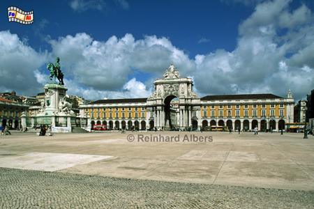 Der Praça do Comércio ist mit seinem Außenmaßen von 180 x 190 m besonders großzügig ausgefallen. Ursprünglich befand sich hier der Terreiro do Paço (Platz des Palastes) mit dem Königsschloss, dass aber 1755 vom Erdbeben restlos zerstört wurde., Lissabon, Praça, Comercio, Platz, Albers, foreal,
