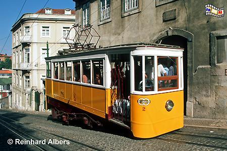 Elevador da Glória aus dem Jahr 1885. Diese Bergbahn fährt zum Aussichtspunkt Alcântara im Bairro Alto., Lissabon, Bergbahn, Straßenbahn, Elevador