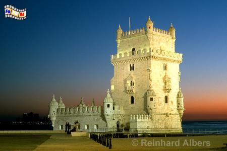 Torre de Belem gilt als Wahrzeichen der port. Entdeckungen. Der Festungsturm stand ursprünglich im Fluss Tejo, ist mittlerweile aber von Land aus erreichbar., Lissabon, Belem, Torre, Turm, Entdeckungen, Wahrzeichen