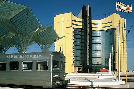 Moderne Architektur am Expogelände von 1998.  Links im Bild der Bahnhof