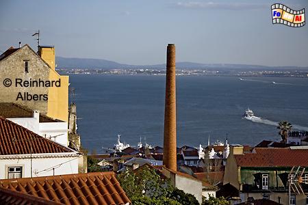 Blick über die Dächer der Altstadt (Alfama) auf den Tejo., Lissabon, Altstadt, Alfama, Tejo, Albers, foreal, Foto