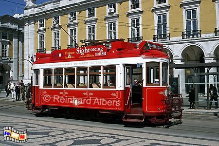 Lissabon - Rote Oldtimer-Straßenbahn für allerdings überteuerte Touristenfahrten. Viel besser und günstiger ist eine reguläre Fahrt., Lissabon, Straßenbahn, Oldtimer, Electricos, Albers, Foto, foreal
