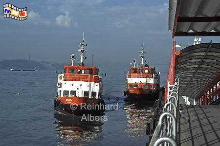 Die Tejoschiffe, die früher einmal im Hamburger Hafen verkehrten, bringen jeden Morgen zahlreiche Berufspendeler in die Stadt., Lissabon, Tejo, Schiffe, Pendler, Albers, Foto, foreal,