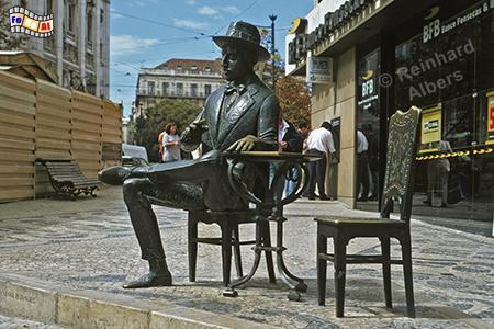 Denkmal für den Schriftsteller Fernando Pessoa vor dem Café 'A Brasileira', wo er früher Stammgast war. , Portugal, Lissabon, Brasileira, Café, Chiado, Pessoa, Albers, foreal,