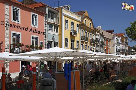 In der Rua da Vieira Portuense stehen einseitig noch Häuser aus dem 16. + 17. Jh. Davor befindet sich ein Restaurant neben dem anderen., Lissabon, Belém, Restaurant, Albers, foreal, Vieira Portuense,