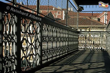 Der Elevador Santa Justa oder auch Elevador do Carmo genannt verbindet die Unter- mit der Oberstadt., Lissabon, Fahrstuhl, Elevador, Santa Justa, Ponsard, Albers, foreal,