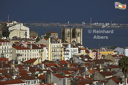 Ausblick vom Elevador de Santa Justa auf die Unterstadt (Baixa) und die Kathedrale Sé., Lissabon, Fahrstuhl, Baixa, Unterstadt, Kathedrale, Sé, Albers, Foto, foreal,