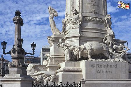 Auf dem Sockel des Denkmals für den Marquês de Pombal sind Szenen aus der Landwirtschaft und dem Bildungswesen dargestellt. In diesen Bereichen hat er wichtige Reformen angestoßen., Lissabon, Denkmal, Säule, Marquês, Pombal, Rotunda, Albers, Foto, foreal,