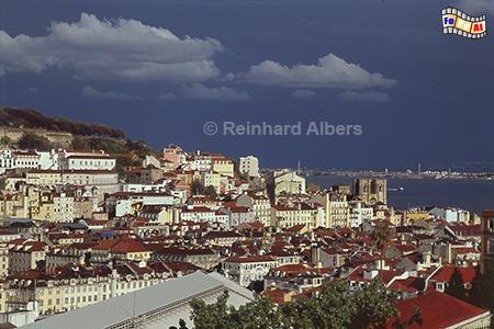 Ausblick vom Miradouro de São Pedro de Alcântara auf die Unterstadt (Baixa) und die Kathedrale Sé., Lissabon, Miradouro, São Pedro, Alcântara, Aussichtspunkt, Albers, Foto, foreal,