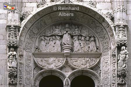 Das Portal der Kirche