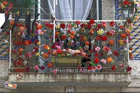 Mit Plastikblumen dekorierter Balkon., Lissabon, Balkon, Dekoration, Kunstblumen, Plastikblumen, Albers, Foto, foreal,
