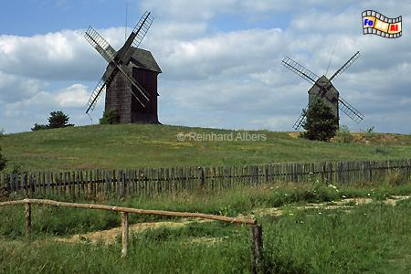 Polen - Wielkopolska. Moraczewo mit seinen 3 Bockwindmühlen ist Teil des