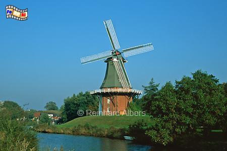 Greetsiel in Ostfriesland, die westliche der beiden Zwillingsmühlen beherbergt heute eine Teestube., Windmühle, Greetsiel, Zwillingsmühle, Krummhörn