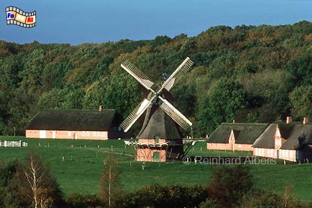 Seit 1973 steht die ursprünglich in Hollingstedt im Kreis Rendsburg-Eckernförde beheimatete Windmühle von 1865 im Freilichtmuseum Kiel-Molfsee., Windmühle, Freilichtmuseum, Kiel-Molfsee, Hollingstedt
