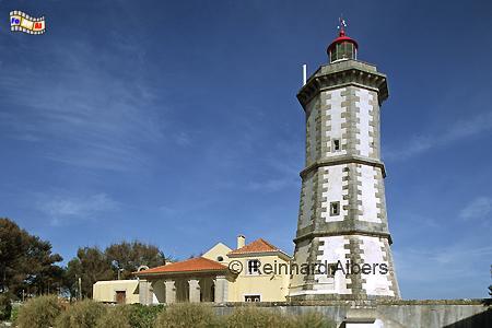 Der Leuchtturm Ponta da Laje steht direkt an der Felsenküste nördlich von Cascais bei Lissabon., Leuchtturm, Portugal, Ponta da Laje, Guia, Farol, Albers, Foto, foreal,